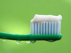 cepillo y pasta de dientes